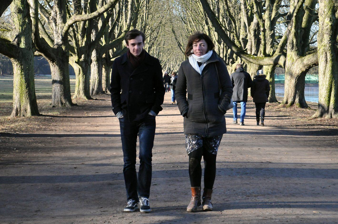 Mutter und Sohn spazieren