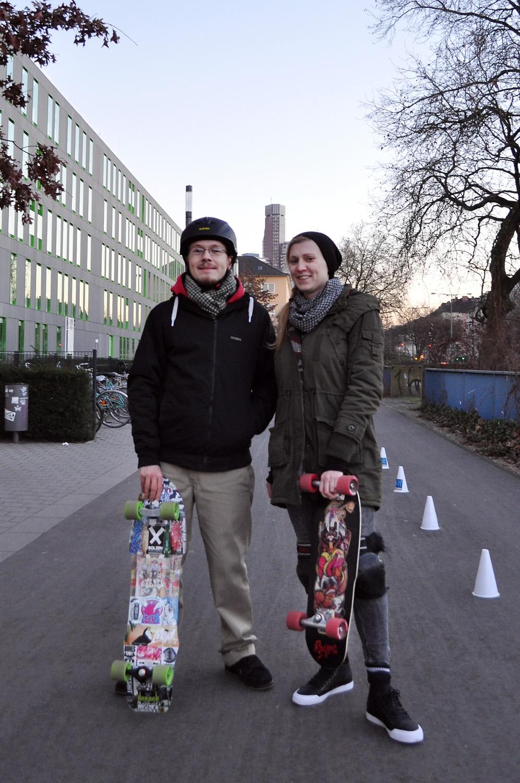 Paar mit Skateboards