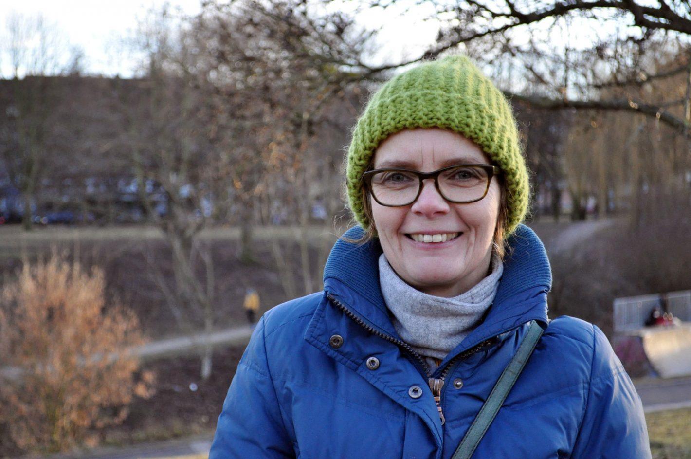 Frau mit Mütze im Park