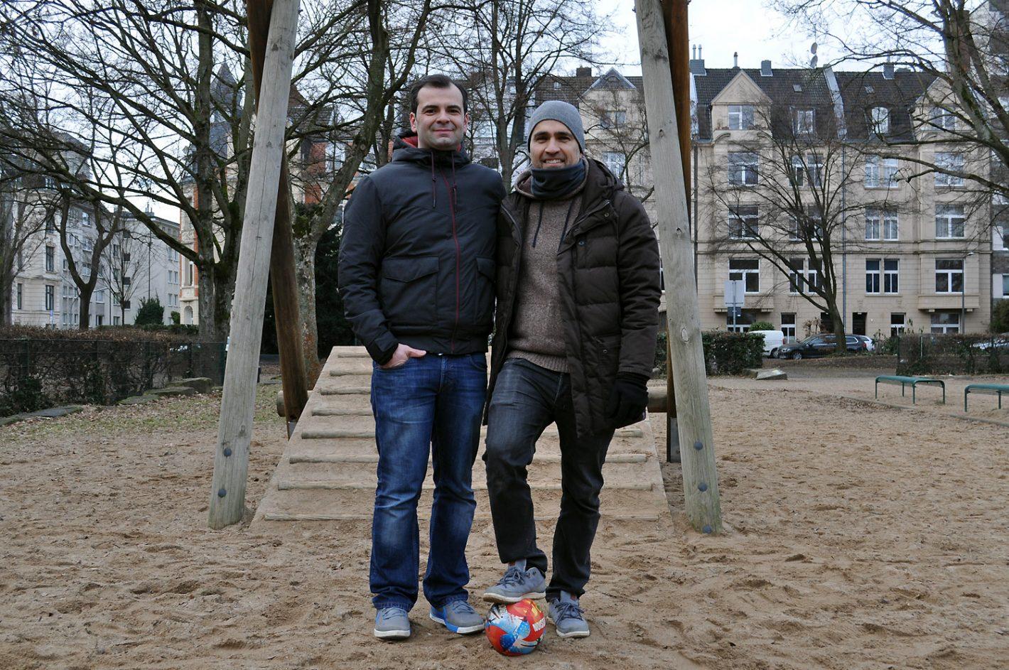 Zwei Männer auf Spielplatz