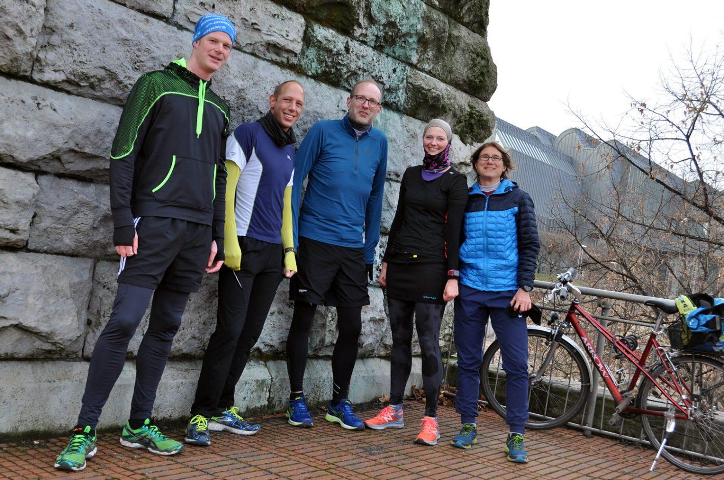 Fünf Läufer in Sportkleidung