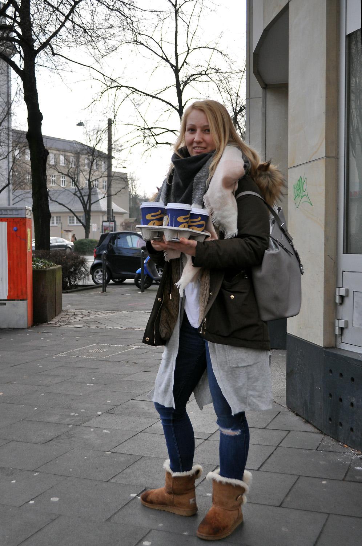 Frau mit Kaffeebechern