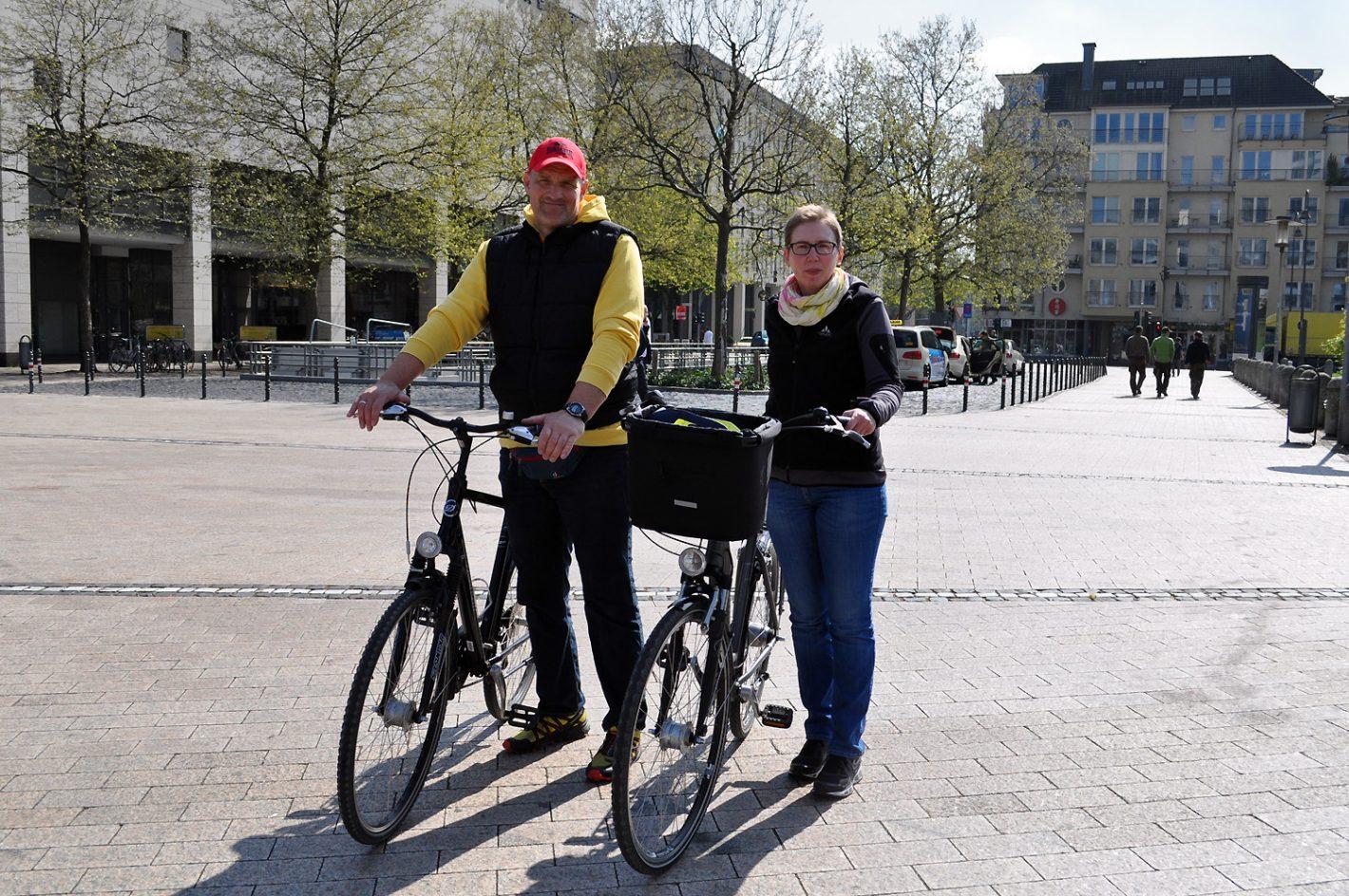 Mann und Frau mit Rädern