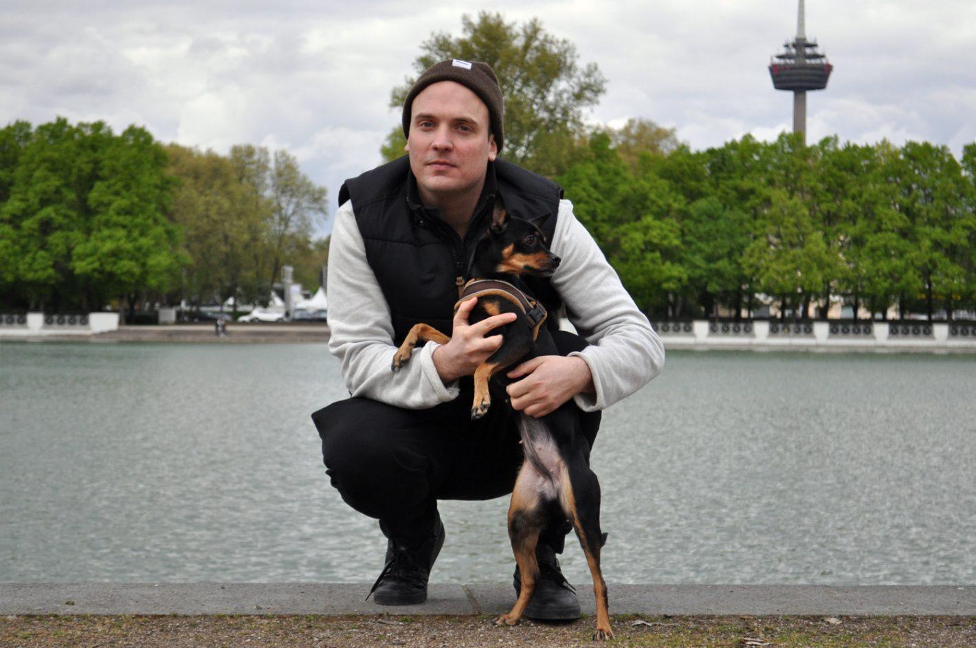 Mann mit Hund am Aachener Weiher